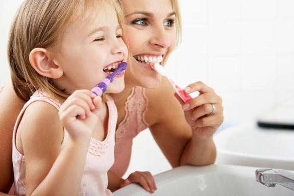 Как правильно научить ребенка чистить зубы?