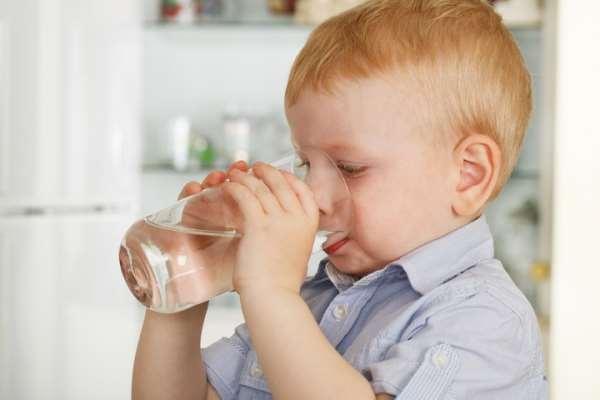 Приучаем ребенка пить воду