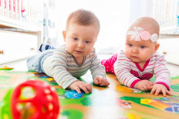 Развитие ребенка: дети до года и игрушки