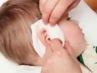 У ребенка болит ухо: как лечить в домашних условиях?