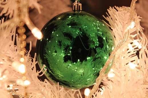 Елочные шары – что лучше стекло или пластик