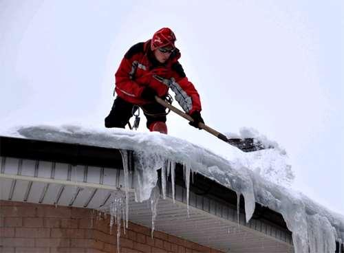 Почему так важно чистить крышу от снега и льда зимой
