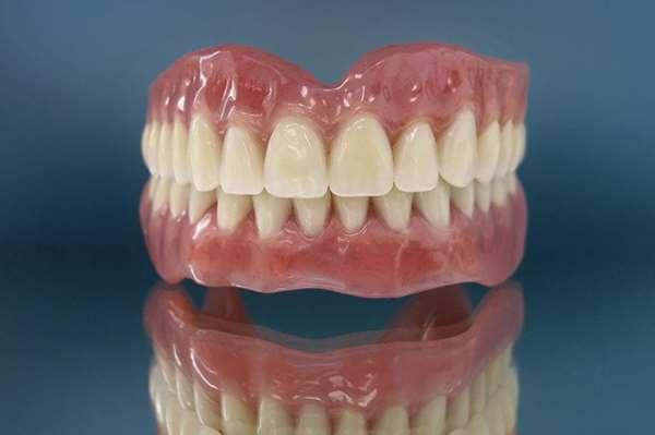 От чего зависит стоимость съемных зубных протезов