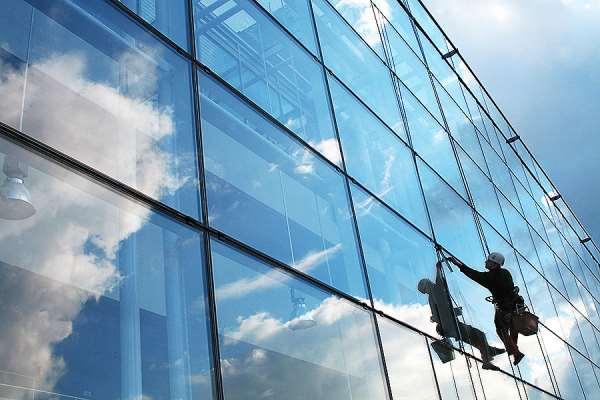 Что входит в услугу мытья окон многоэтажки?