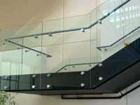 Перила со стеклом на специальных точечных стеклодержателях
