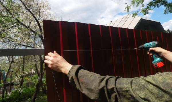 Как установить забор своими руками